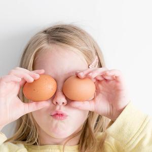 Jente med egg foran øynene