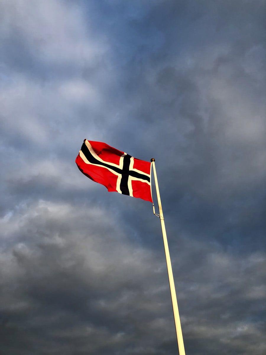 flaggstang med norsk flagg