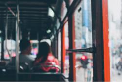 FULLE BUSSER: Der er skoleungdom uten fri skyss, eldre som kanskje ikke reiste til byen like ofte som før, og ikke minst bilister som har parkert bilen og pendler med bussen. Illustrasjonsbilde: Jen.