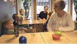 JO MERE VI ER SAMMEN: Ledelsen og de ansatte i Eid kommunale barnehage i Melhus har blitt flinkere til å snakke sammen og samarbeide tettere, etter at de lærte seg å bruke et såkalt trepartssamarbeid. Til høyre er Kathrine Lervik, tillitsvalgt i barn