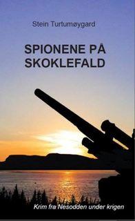 """Bildet viser omslaget til boka """"Spionene på Skoklefald"""" - et bilde fra Nesodden i solnedgang"""