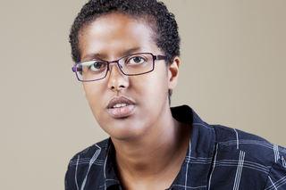Bildet viser et portrett av forfatter Amal Aden
