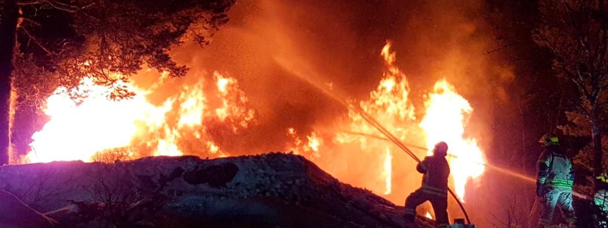 Brannmenn som slukker brann