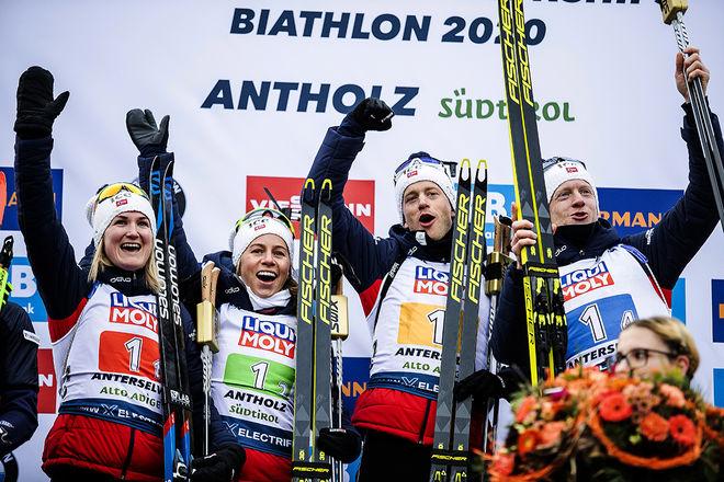 NORGE försvarade VM-guldet i den mixade stafetten med fr v: Marte Olsbu Røiseland, Tiril Eckhof, Tarjei Bø och Johannes Thingnes Bø. Bare Tarjei Bø var inte med i laget ifjol. Foto: NORDIC FOCUS