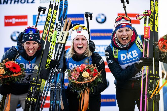 FULL JUBEL för pallen på VM-sprinten i Antholz, fr v: Susan Dunklee, USA (2:a), Marte Olsbu Røiseland, Norge (1:a) och Lucie Charvatova, Tjeckien (3:a). Foto: NORDIC FOCUS