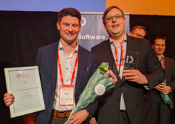 Magnus Eide og Marco Westergren fra InfoTiles vant årets SmartBy-pris. Foto: Den Norske Dataforening.