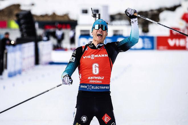 EMILIEN JACQUELIN jublar som världsmästare i jaktstart i Antholz under söndagen. Foto: NORDIC FOCUS