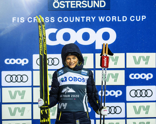 """FRIDA KARLSSON spände bågen och visade framfötterna i jaktstarten i grisvädret i Östersund. Nu bryter hon """"Ski Tour 2020"""". Foto: NORDIC FOCUS"""