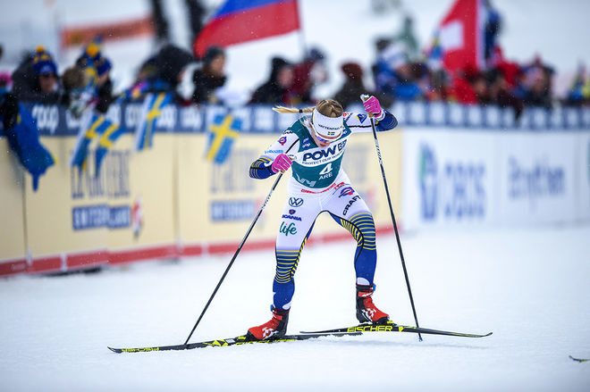 JONNA SUNDLING sliter sig uppför slalombacken i Åre. Hon blev bästa svenska med en 4:e plats. Kämpade länge om pallen men kunde inte förhindra tredubbelt Norge igen. Foto: NORDIC FOCUS