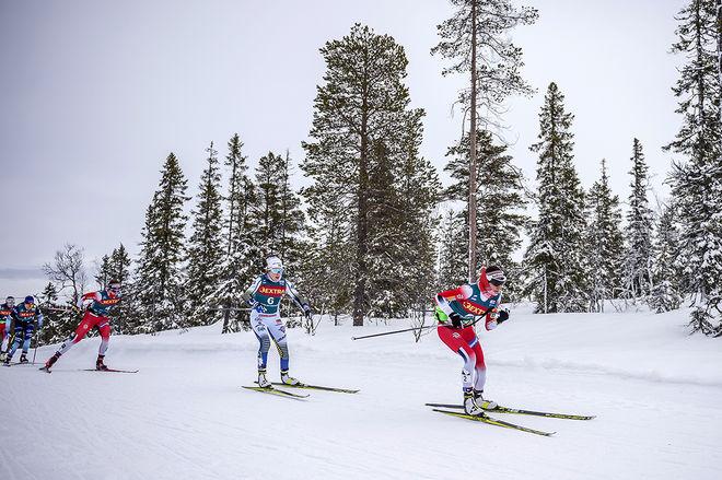 EBBA ANDERSSON i bakhasorna på Heidi Weng tidigt i långloppet. Dom båda hängde längst på med Therese Johaug, men det blev kostbart på slutet. Foto: NORDIC FOCUS