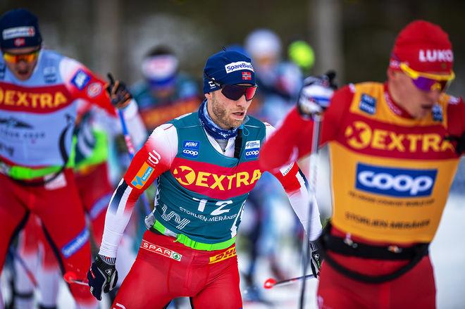 MARTIN JOHNSRUD SUNDBY försöker haka på med Alexander Bolshunov i torsdagens långlopp i Ski Tour 2020. Men det gick inte och nu är ryggproblemen så stora att norrmännen ger upp touren och kanske resten av säsongen. Foto: NORDIC FOCUS