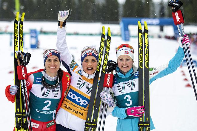 DEN TRÅKIGA BILDEN från Ski Tour 2020 för alla som inte är från Norge: Total dominans i damklassen. Therese Johaug (mitten) var helt överlägsen och vann före Heidi Weng (tv) och Ingvild Flugstad Østberg. Foto: NORDIC FOCUS