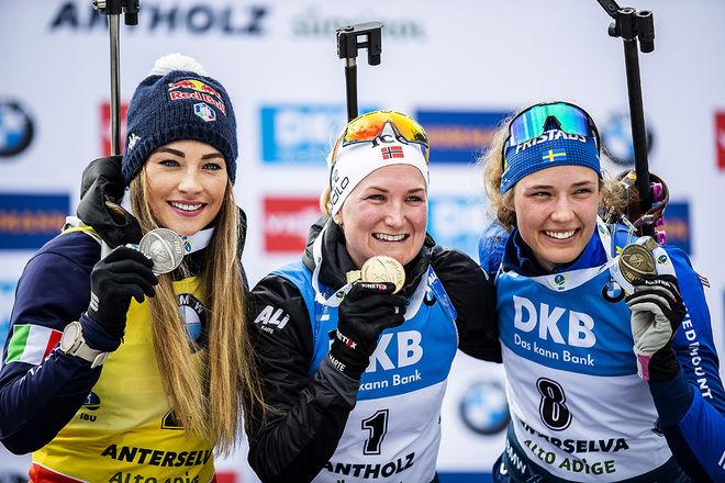 ÄNTLIGEN! Hanna Öberg (th) fixade en svensk medalj i skidskytte-VM i Antholz med brons i masstarten. Marte Olsbu Røiseland (mitten) vann och tog 7 medaljer. Dorothea Wierer (tv) tog också en ny medalj. Foto: NORDIC FOCUS