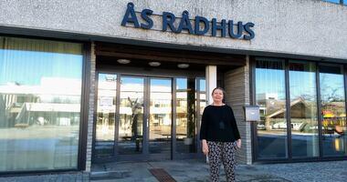 Kommuneoverlegen Sidsel Storhaug står utenfor Ås rådhus.