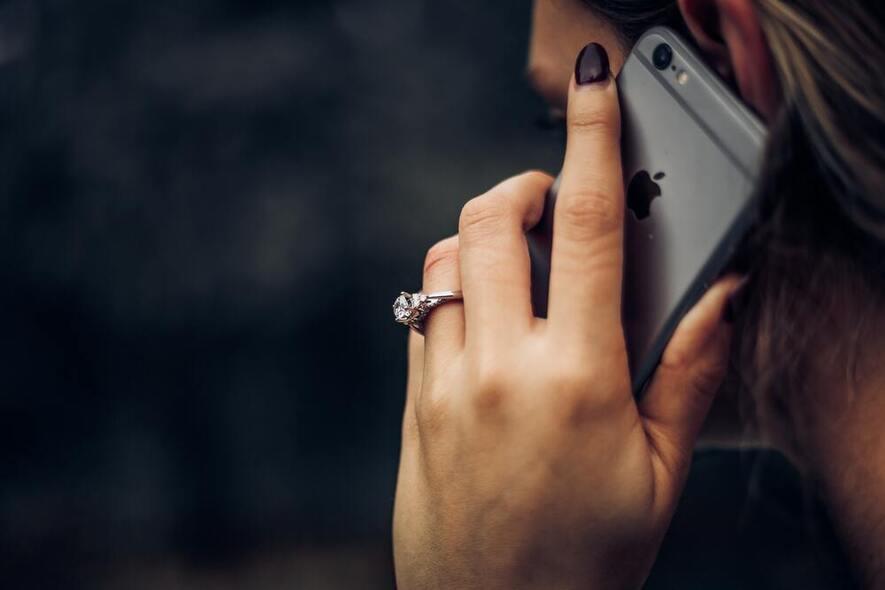 Fotografi av dame som ringer med mobiltelefon