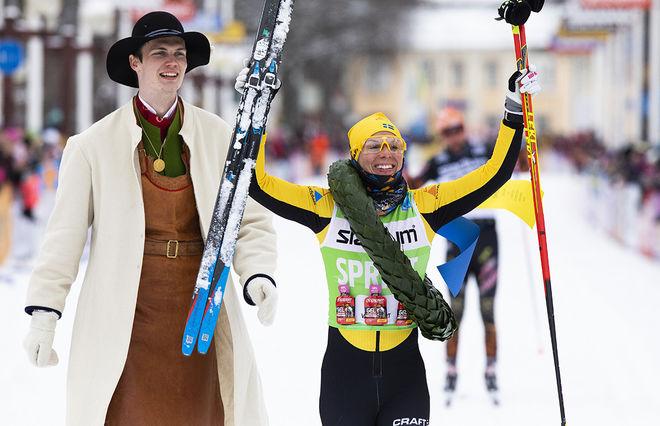 LINA KORSGREN jublar efter sin suveräna seger i Vasaloppet 2020. Nu vill hon slå Marit Björgen nästa år. Foto: VASALOPPET
