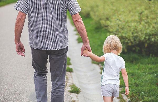 Far og datter går tur