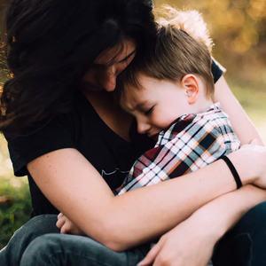 Foto Kvitnne trøster barn