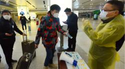 Reisende i Kina må vise frem grønn QR-kode på en helseapp på telefonen for å få lov til å gå inn på togstasjonen i Hangzhou i Zhejiang-provinsen. Foto: China Daily via Reuters