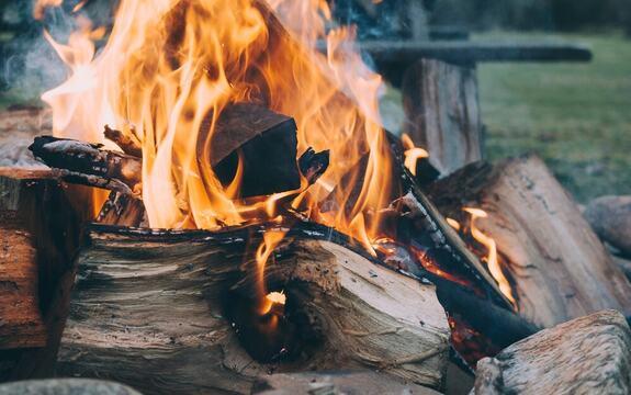 Illustrasjonsfoto av et bål med flammer