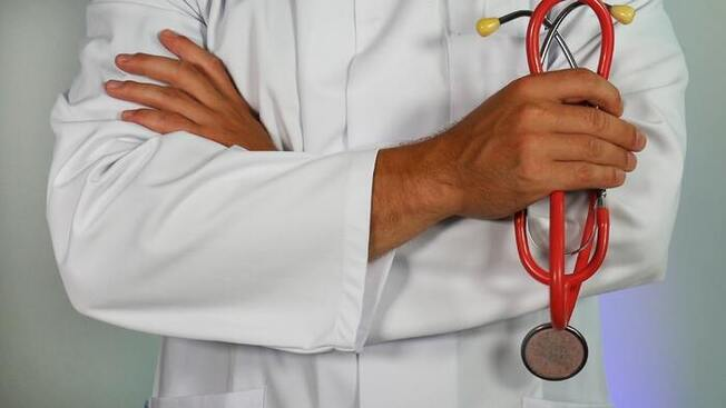 Illustrasjonsfoto av lege med stetoskop