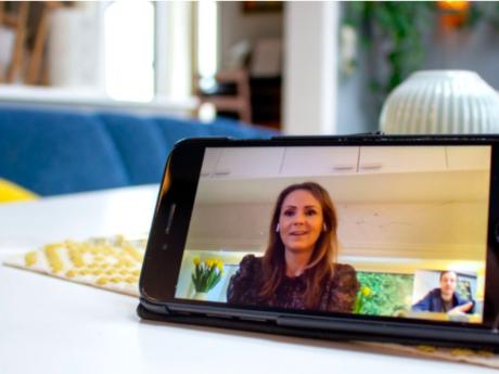 Digitaliseringsminister Linda Hofstad Helleland har selv tatt i bruk nye måter å være sammen med andre på de siste ukene. Hun tror befolkningen nå tar et kvantesprang i digital kompetanse. Foto: Per Øyvind Fange / NRK.