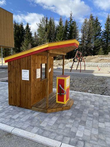 En liten leke-bensinstasjon