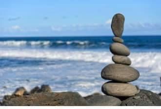 Tårn av steiner ved sjøen