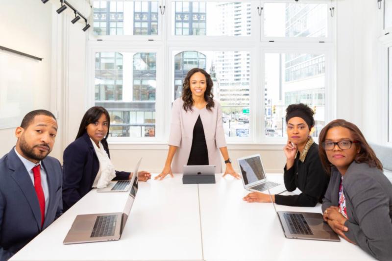 Forskning tyder på at kvinner er mer tilbøyelig til å lede ved å inspirere sine medarbeidere, framfor å instruere. Det viser seg å være en effektiv lederstil. Foto: Rebrand Cities.