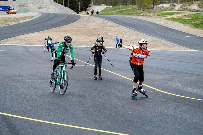DET FANNS både cyklister, rullskidsåkare och inlines-åkare på plats den första dagen då asfaltsbanan var öppen. Foto: ULF PALM/Skidförbundet