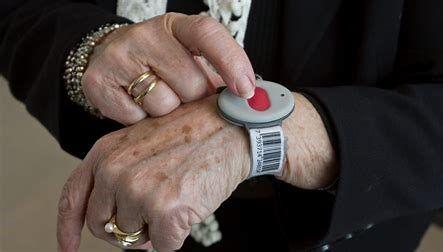 eldre dame med trygghetsalarm