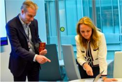 Foto: Digitaliseringsdirektoratet Digitaliseringsdirektør Steffen Sutorius viste fram den nye eID-løsningen for statsråd Linda Hofstad Helleland.