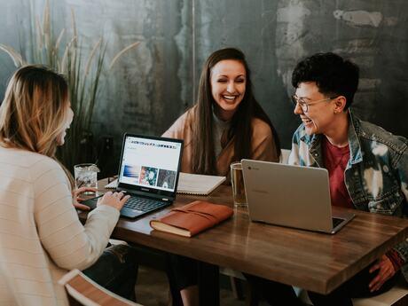De aller fleste arbeidsplasser har innslag av både mestringsklima og rivaliseringsklima, men det er viktig å tilrettelegge for minst mulig grad av rivaliseringsklima, sier Karoline Kopperud. Hun forsker på ledelse, jobbengasjement og arbeidsglede.Fot