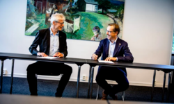 Skattedirektør Hans Christian Holthe og direktør i KS Lasse Hansen signerer avtale som gir kommunesektoren bedre tilgang til opplysninger fra Skatteetaten. Foto: Magnus Knutsen Bjørke.