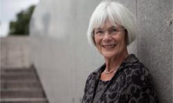 Tora Aasland er leder av Kommunesektorens etikkutvalg, som har utarbeidet Dilemmasamlingen i samarbeid med Transparency International Norge. Foto: KS