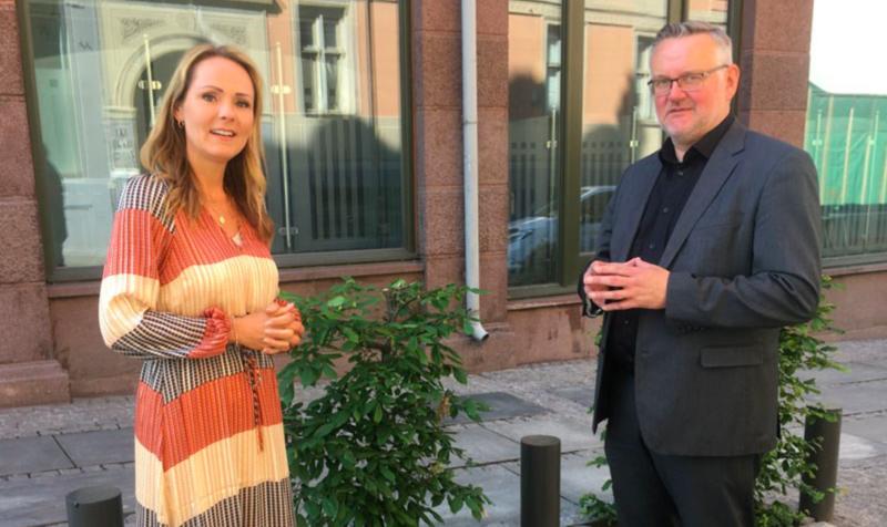 Statsråd Linda Hofstad Helleland sammen med leder av personvernkommisjonen, sjefredaktør og konsernsjef John Arne Moen. Foto: Kommunal- og moderniseringsdepartementet