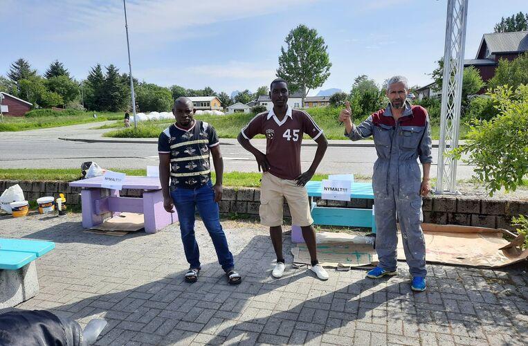 Flyktningetjenesten maler benker_torget 1