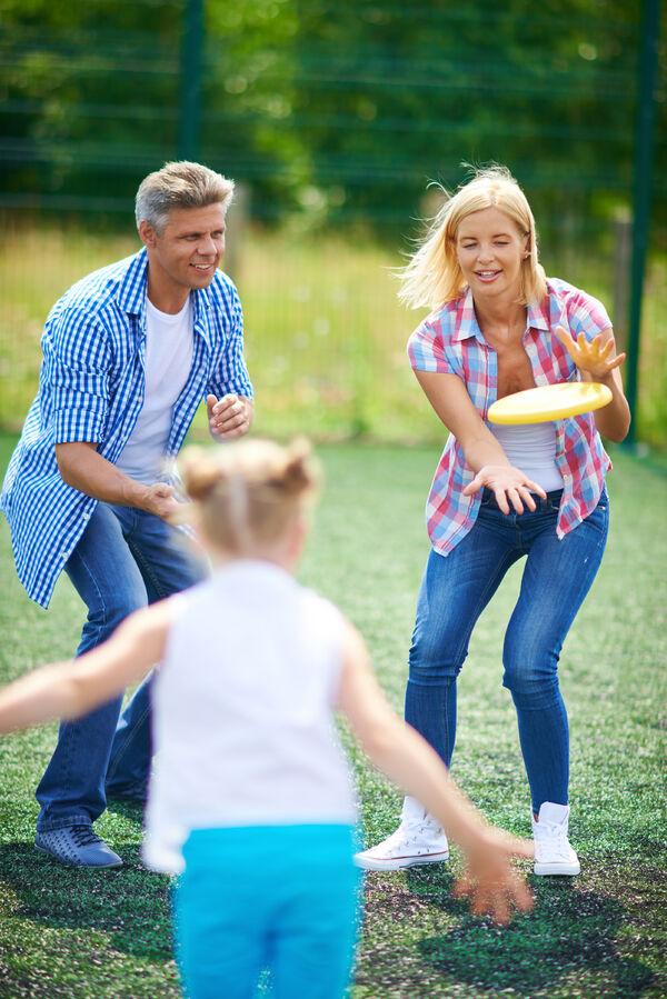 Familie med frisbee