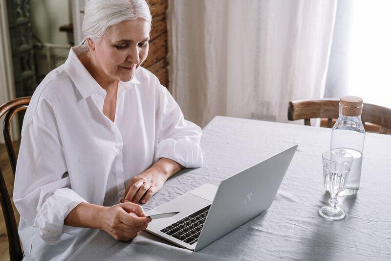 Forskerne ønsket å teste ut teknologiske løsninger for en gruppe eldre med mild kognitiv svikt eller demens, basert på behov definert av eldre selv. Foto: cottonbro / pexels