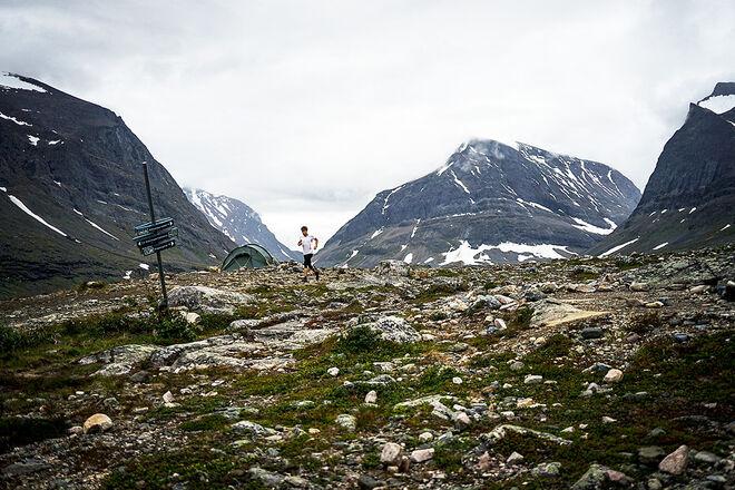 LÖPAREN OCH FJÄLLET. Petter Engdahl ensam i stenig terräng på väg mot nytt rekord till Kebnekaise och tillbaka. Alla bilder: MARTIN HANNER