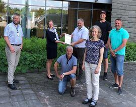 NVE ved regionsjef Toril Hofshagen inngår kontrakt med Anlegg Øst Entreprenør AS v/daglig leder Trond Musdalslien.