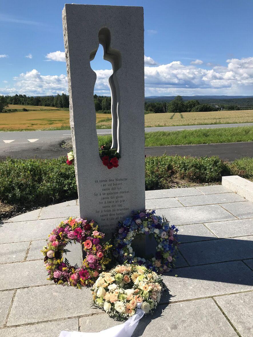 Blomster og kranser ved minnestenen 22. juli 2020