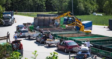 Oversiktsbilde fra Bølstad gjenvinningsstasjon, innbyggere står i kø med bilene sine for å legge avfall i conteinere