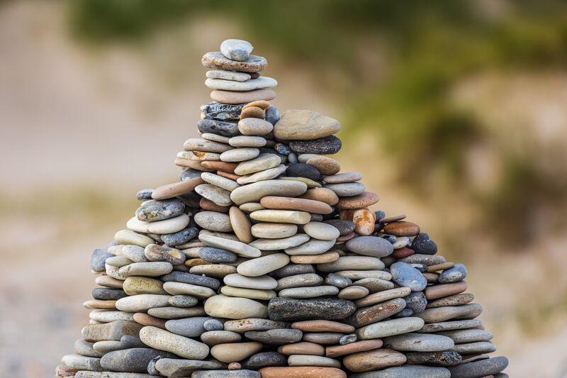 Stener i usikkert byggverk illustrerer tillit