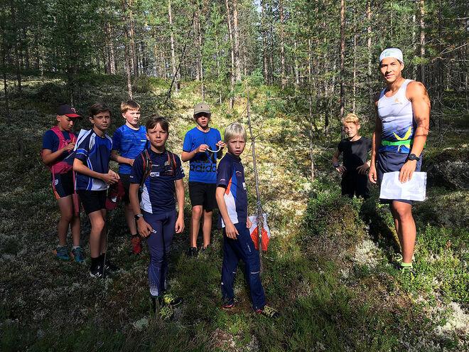 ORIENTERINGSTRÄNING under ledning av IF Strategens duktige sprinter George Ersson. Alla foton: CATHRINE ENGMAN