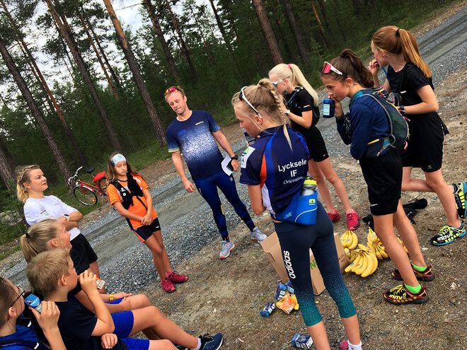 HÄR ÄR det Rebecca Öhrn och Anders Stridh som instruerar några av deltagarna.