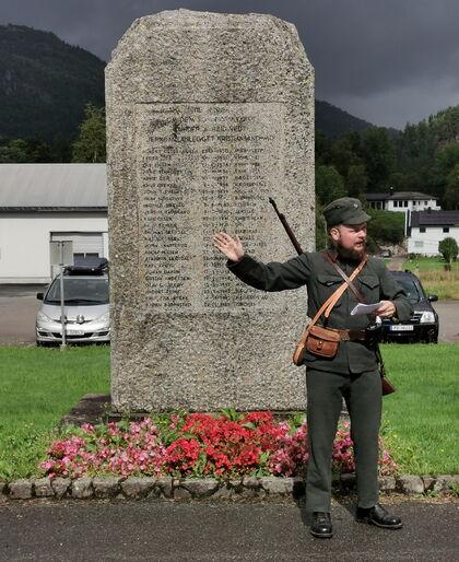 Samuel Høiland ved minnesteinen på snartemo stasjon