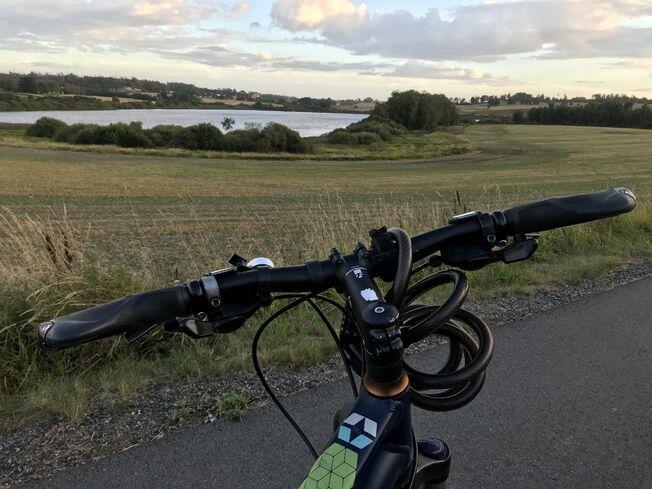 Sykkelstyre Østensjøvann kveldslys
