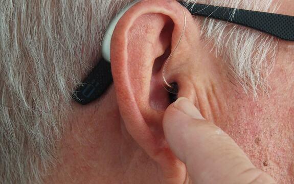 Eldre mann med høreapparat