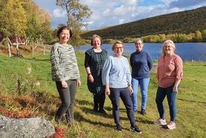 Bilde av prosjektgruppa, fra venstre Birgitte Olsen (hjemmetjenesten Kåfjord/ USHT Troms), Kristine Gaup Grønmo (USHT Sapmi), Linn Sylvi Steinnes (hjemmetjenesten Kåfjord), Lisbeth Remlo (USHT Troms), og prosjektleder Lisa Katrine Mo (hjemmetjenesten Kåfjord).